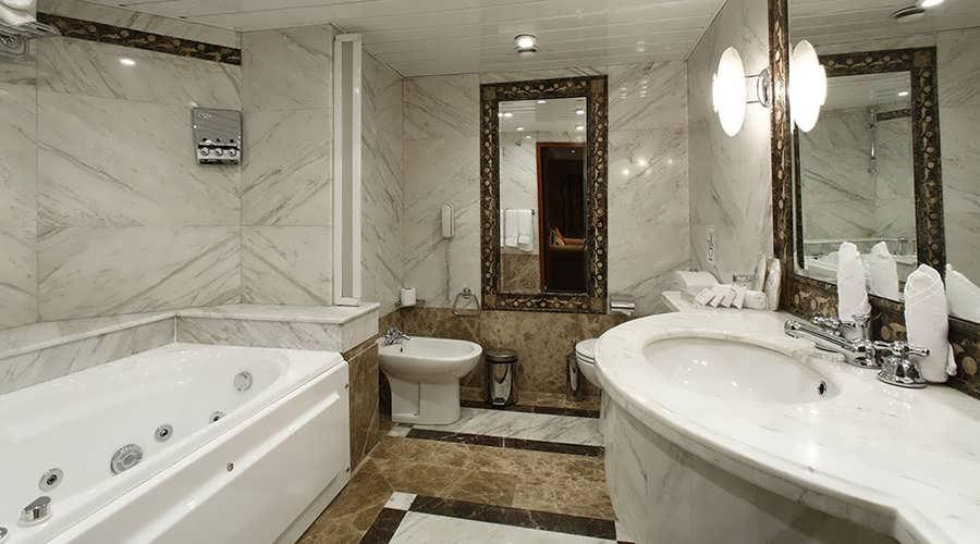 amarco-i-nile-cruise-suite-bathroom